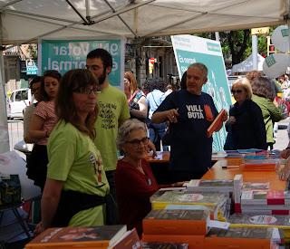 Muriel Casals i Màrius Serra signant llibres (Barcelona) per Teresa Grau Ros
