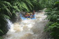 arung jeram di sungai kalibaru