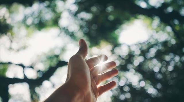 Το φως του ήλιου καθιστά τον κορωνοϊό ανενεργό 8 φορές γρηγορότερα από το προβλεπόμενο, λέει νέα μελέτη