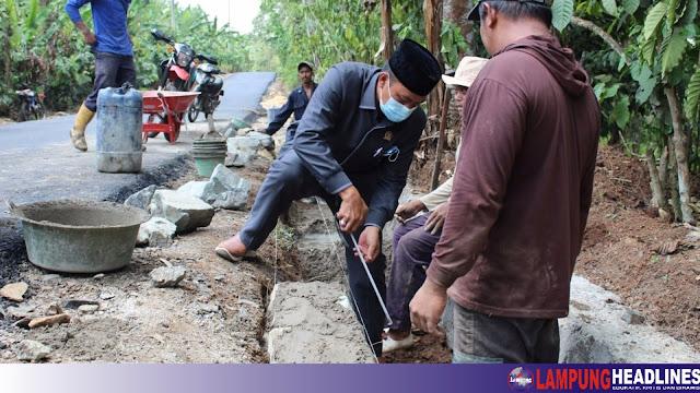 Anggota DPRD Tanggamus Irsi Jaya, Monitoring Pekerjaan Ruas Jalan Batu Bedil-Airbakoman