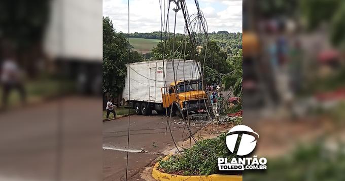 Caminhão desgovernado atinge poste de Rede Elétrica no Jardim Europa