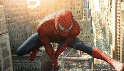 homem-aranha voando entre prédios
