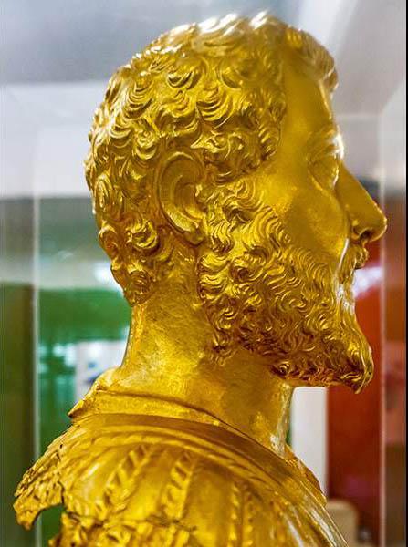 Η χρυσή προτομή στο Αρχαιολογικό Μουσείο Κομοτηνής