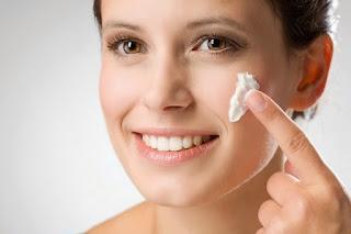 Menggunakan Cream Pemutih Wajah