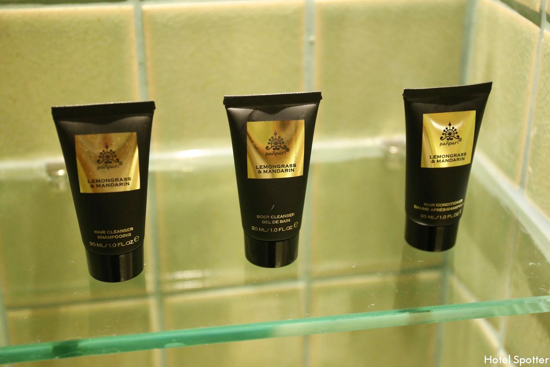 Hotel Indigo Bangkok Wireless Road - łazienka - kosmetyki