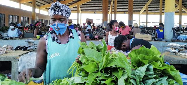 Los comerciantes de este mercado de Luanda, la capital de Angola, han establecido una serie de medidas para protegerse durante la pandemia de COVID-19.FAO/ C. Marinheiro