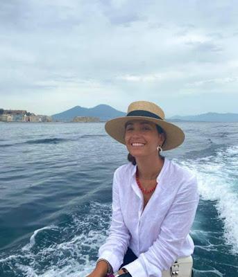 Caterina Balivo con cappello in barca a Napoli