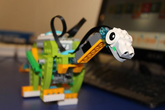 Robot Braquiossauro construído com Lego