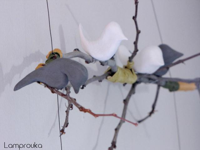 Διακόσμηση τοίχου με κλαδιά και πουλάκια.