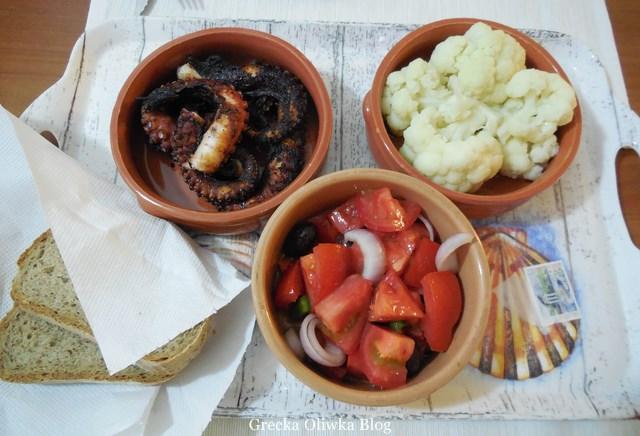 Gliniane naczynia z grilowaną ośmiornicą, kalafiorem i grecką sałatką
