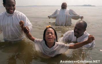 Bautismo de una mujer en río
