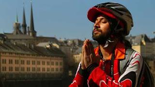 هندي يجوب 191 دولة علي دراجة لمكافحة الإيدز