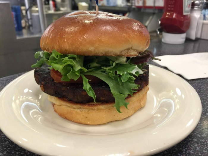 johnny rockets, veggie burger, vegetarian menu, mixing prints, floral pants, old navy, cidstylefile, untamed style, latina blogger, fashion blogger, oc blogger, new menu,