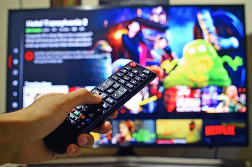 Menonton TV Untuk mendapatkan Hiburan