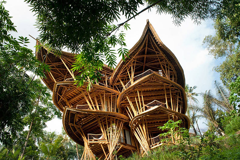 Mujer construye impresionantes hogares sostenibles de bambú en Bali