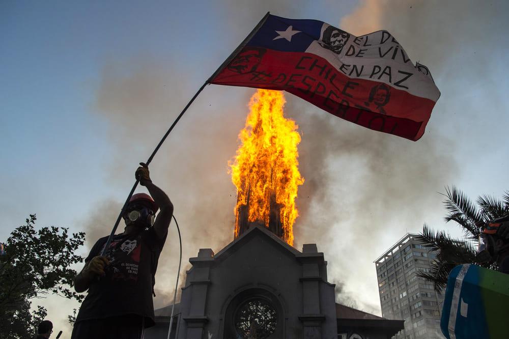 El incendio de una iglesia en el centro de Santiago marca la jornada de marchas en Chile