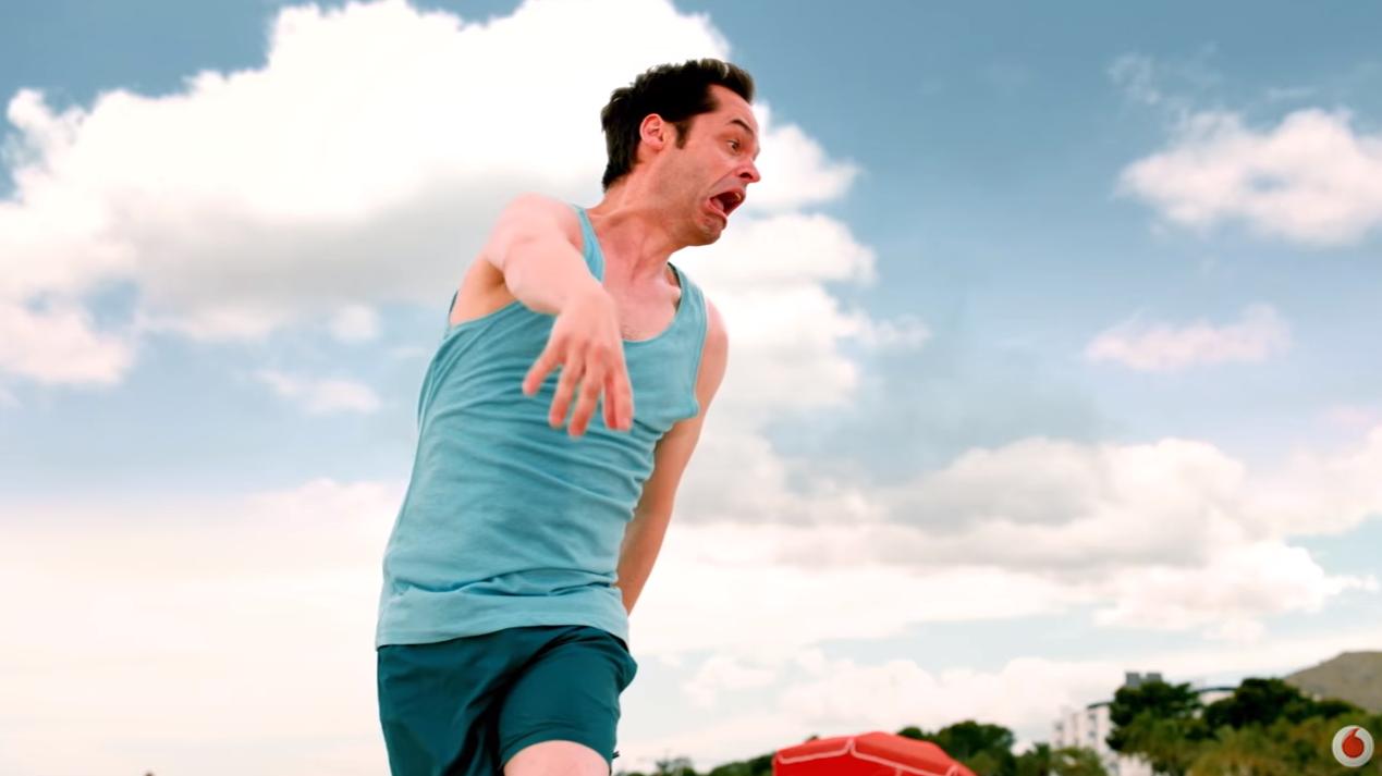 Foto spot Vodafone Sei Lentissimo pallavolo con modella bionda e attore