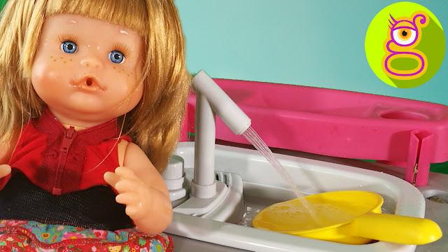 Nenuco Pompitas lava los platos en el lavavajillas y en un grifo con agua de verdad - Capítulo #13