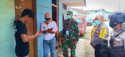Tim Gugus Tugas Percepatan Penanganan Covid-19 Kota Tual saat mendatangi rumah Pelaku Perjalanan yang berkeliaran