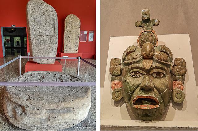 Pedra cerimonial e máscara de jade encontrada em Tikal expostas no Museu Nacional de Arqueologia e Etnologia, Cidade da Guatemala