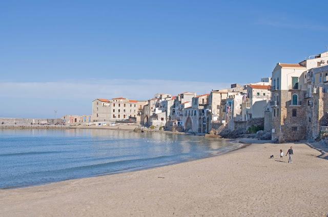 kamienice nad brzegiem Cefalu, plaża, opalanie w grudniu