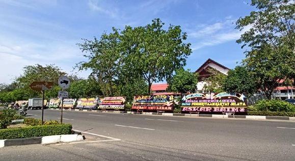 Kantor Gubernur Aceh Dapat Kiriman Karangan Bunga 'Juara Termiskin di Sumatera'
