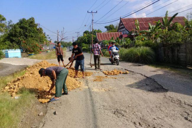 Sering Terjadi Kecelakaan, Mahasiswa STKIP Timbun Jalan Berlubang