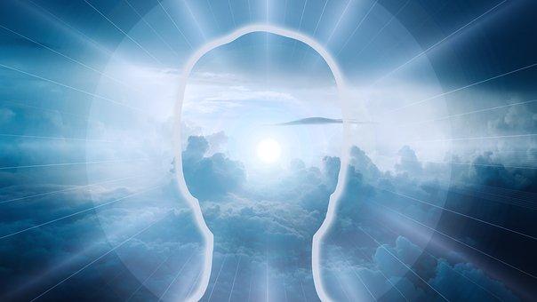 Silueta humana en un cielo azul luminoso