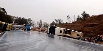 imagem de ônibus tombado em rodovia de Minas Gerais