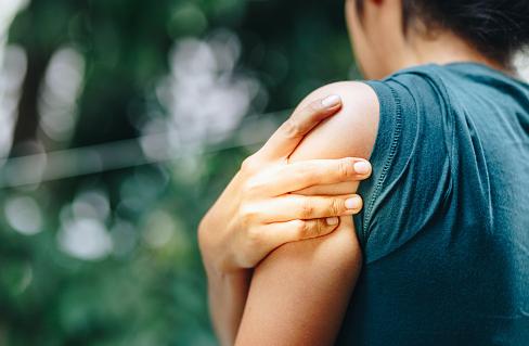 """Penyakit Bursitis Subakromialis Pada Kasus Muskuloskeletal  Definisi Bursitis Subakromialis  Wahyuni (2016) menjelaskan bahwa bursitis merupakan radang pada bursa, yaitu kantong tertutup yang dilapisi oleh jaringan ikat mirip dengan sinovial dan dilumasi oleh sedikit cairan sinovial. Subacromialis bursitis adalah satu bagian dari frozen shoulder yang ditandai dengan adanya inflamasi pada daerah subakromialis. Sarah Nossov (2007) menjelaskan bursitis adalah peradangan atau iritasi pada bursa yang merupakan kantong kecil yang terletak antara tulang dan otot, kulit, atau tendon.  Etiologi Bursitis Subakromialis  Etiologi yang ditemukan pada kondisi ini adalah sebagai berikut : Aktivitas berulang atau berkepanjangan dengan menempatkan tekanan pada bursa subakromialis Trauma seperti pukulan langsung ke bahu Kelemahan otot ekstremitas atas  Faktor Risiko Bursitis Subakromialis  Faktor risiko yang ditemukan pada kondisi ini adalah sebagai berikut : Kegiatan overhead yang berulang atau berkepanjangan seperti mengangkat beban yang berat menggunakan bahu secara terus-menerus. Kegiatan yang melibatkan rotasi bahu. Kegiatan mendorong atau menarik berlebihan dan menempatkan berat badan melalui lengan.  Manifestasi Klinis Bursitis Subakromialis  Manifestasi klinis yang ditemukan pada kondisi ini adalah sebagai berikut : Pembengkakan lokal pada area bahu Kemerahan dan kebas pada sekitar area bahu Nyeri saat bahu bergerak dan diistirahatkan Keterbatasan gerak terutama pada gerak abduksi   Nah itu dia bahasan dari penyakit bursitis subakromialis pada kasus muskuloskeletal. Dari bahasan di atas bisa diketahui mengenai definisi, etiologi, faktor risiko, dan manifestasi klinis dari kondisi ini. Mungkin hanya itu yang bisa disampaikan di dalam artikel ini, mohon maaf bila terjadi kesalahan di dalam penulisan, terimakasih telah membaca artikel ini.""""God Bless and Protect Us"""""""