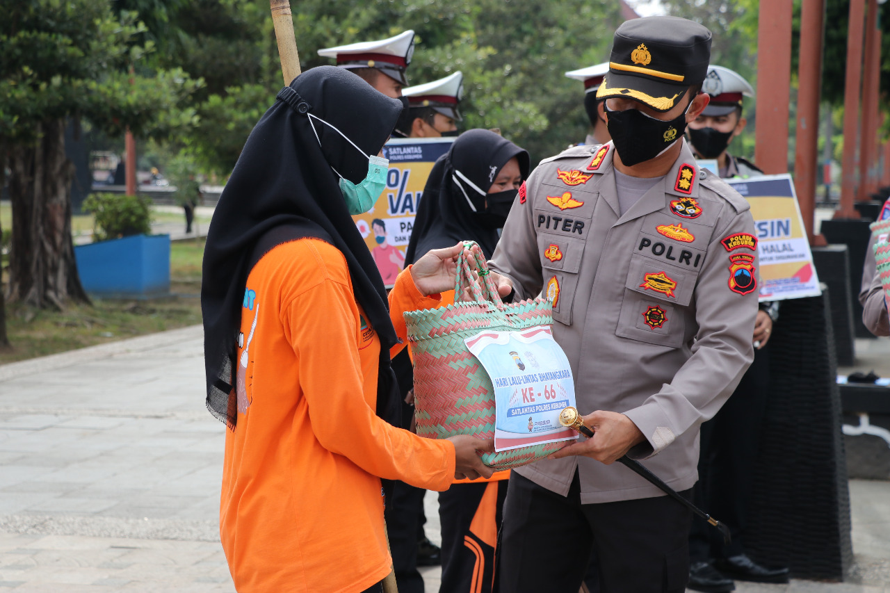 30 Petugas Kebersihan  Alun-alun Kebumen Terima Bantuan Sembako