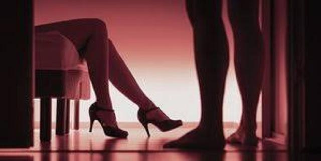 Suami Sedang Tidur, Istri Nekad Bercinta dengan Polisi di Ruang tamu