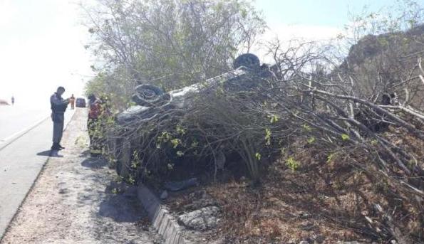 Em Delmiro Gouveia, duas pessoas ficam feridas após veículo  capotar na AL-220