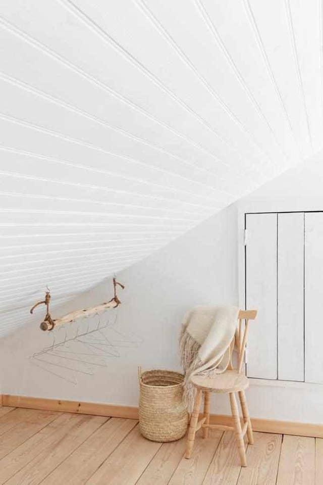 Interiores rusticos con paredes y techo blanco