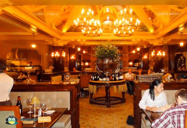 Reserva un restaurante en un día de lluvia en Disneylandia