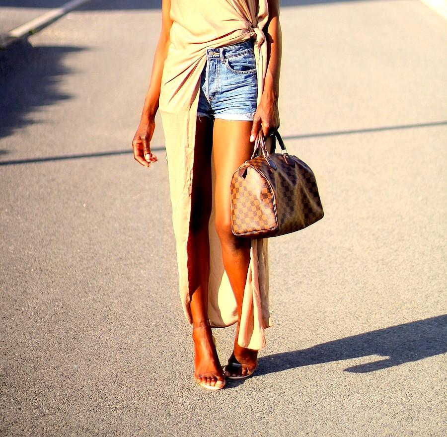details-chic-look-speedy-louis-vuitton-short-en-jeans-sandales-transparentes