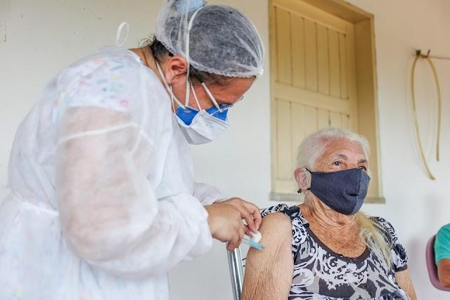Nove idosos centenários foram vacinados contra a Covid-19 em Santa Quitéria