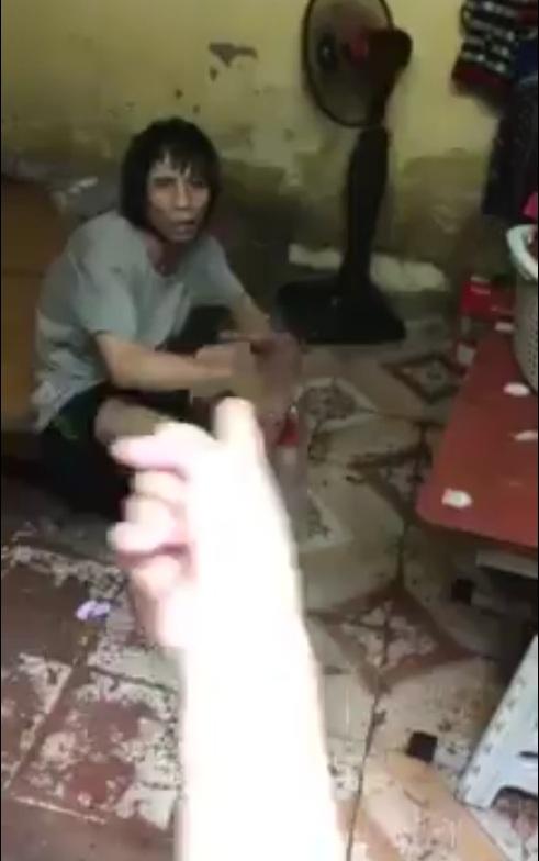 Hết đánh vk thì đợi vk đi làm phụ hồ ở nhà đóng cửa lại đánh con cầm đầu thằng bé đập vào tường, vào cạnh giường .