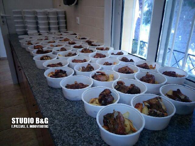 Γεύμα αγάπης σε άπορους ανήμερα το Πάσχα από το συσσίτιο Ευαγγελίστριας Ναυπλίου