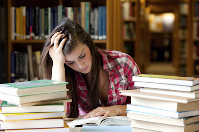 Άγχος των εξετάσεων: Μπορεί να προκαλεί πονοκέφαλο, ταχυκαρδίες, συχνοουρία, θυμό, βήχα, καούρες, πόνο στο στομάχι, αϋπνία