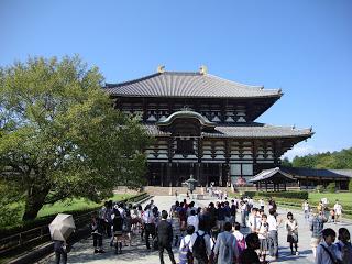 la spettacolare facciata del tempio
