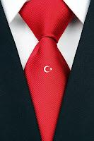 Üzerinde küçük ve beyaz bir ay yıldız olan kırmızı kravat