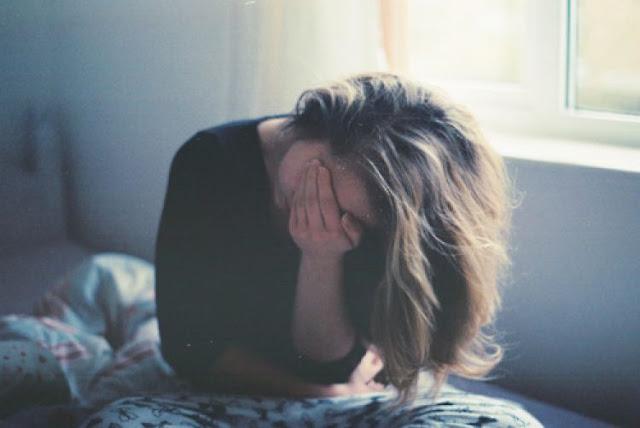 Hình nền buồn cô đơn khóc vì tình yêu không trọn vẹn
