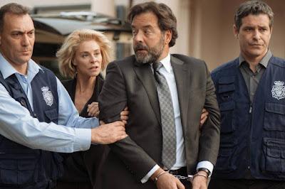 La policía se lleva al embajador detenido ante la incredulidad de su esposa