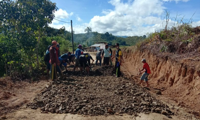 Terjadi di Kecamatan Seko, Aparat Desa Mengupah Warga Untuk Pembangunan Jalan Desa Tanamakaleang