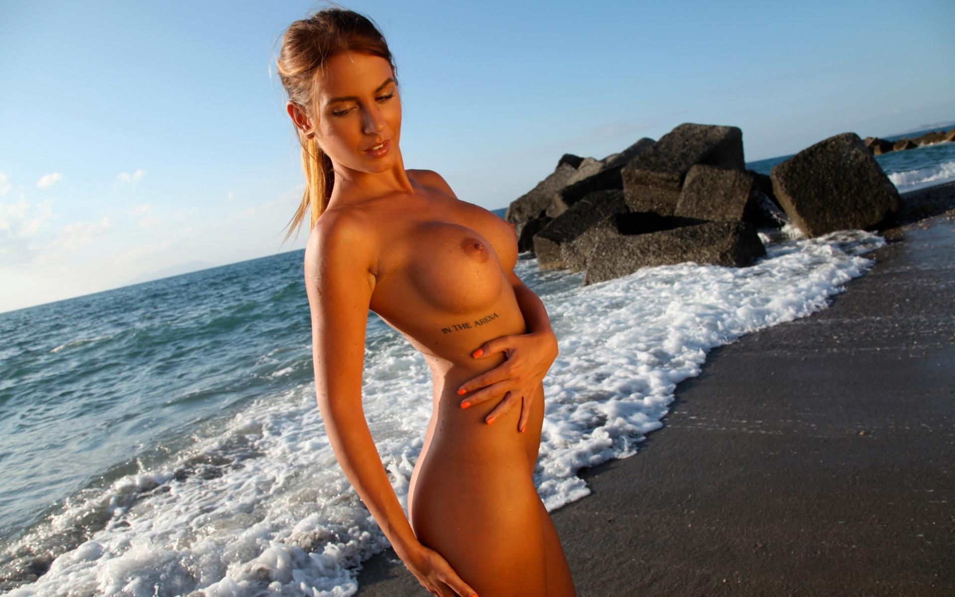 девки на пляже с голыми сиськами маленьких девочек