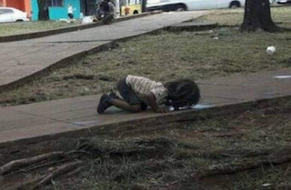 Κοριτσάκι πίνει νερό από λακκούβα σε πεζοδρόμιο και όλοι οι άνθρωποι νιώθουμε ντροπή!