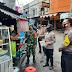 Babinsa Jayengan dan Bhabinkamtibmas Blusukan di Sepanjang Jl. Kali Larangan Terapkan PPKM Sambil Bagi Masker