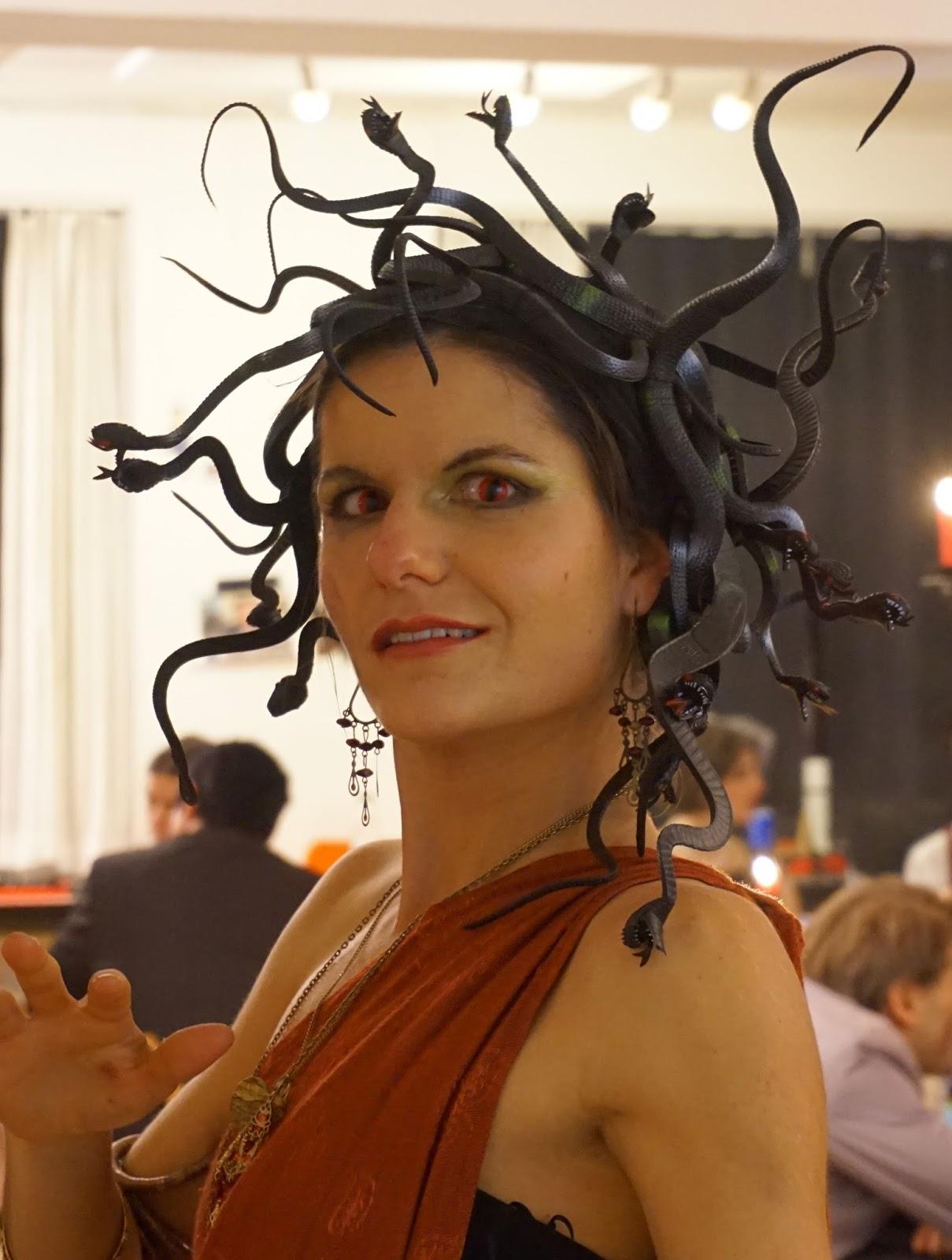 Kamel im Nadelöhr: Medusa-Kostüm und Bösewichteparty