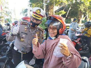 Dirlantas Polda Jateng Bersama Perwira Dan Personil   Bagi-Bagi Jamu Untuk Pengendara Kendaraan di Kota Semarang